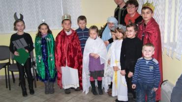 dzieci przebrane w trzech króli i pastuszków