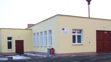 Zdjęcie przedstawia widok na budynek świetlicy wiejskiej i remizy strażackiej - parterowy budynek z garażem na wóz strażacki